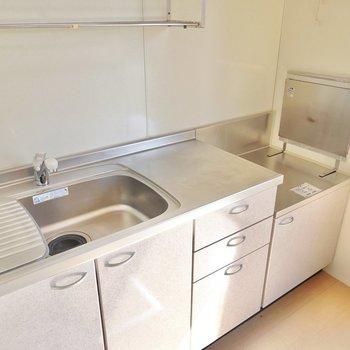 水切り棚のついたスペースの広いキッチン。コンロは持ち込み式です。(※写真は1階の同間取り別部屋のものです)