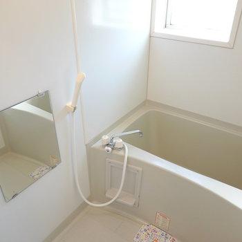 お風呂は窓付き。換気がしやすく、昼間は電気なしでも入れそうなほど明るい。(※写真は1階の同間取り別部屋のものです)