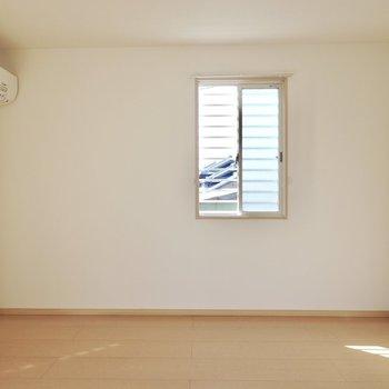角部屋なので二面採光。サイドの窓から光が当たる場所にソファを。(※写真は1階の同間取り別部屋のものです)