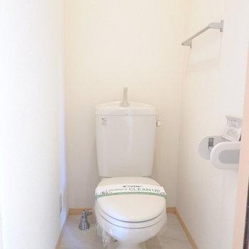 おトイレはコンセントがあるのでウォシュレットの後付けもできます。(※写真は1階の同間取り別部屋のものです)