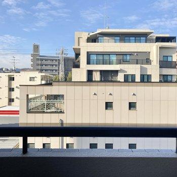 眺望はお隣のビルがズラリ。