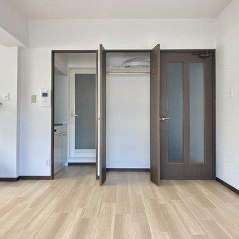 収納はこちらのみ。お部屋が広いので見せる収納でスペースを確保しましょう。(※写真の家具・小物は見本です)