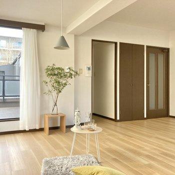 水回り、玄関の入り口は右側。(※写真の家具・小物は見本です)