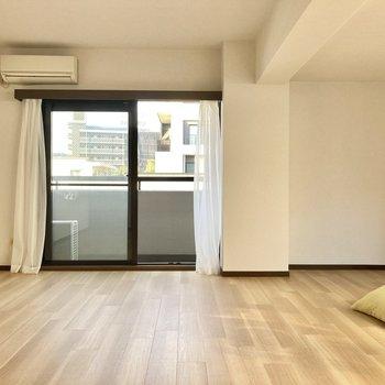 角部屋なので2面採光!窓側にテレビを置いて、写真右側はベッドルームに。(※写真の家具・小物は見本です)