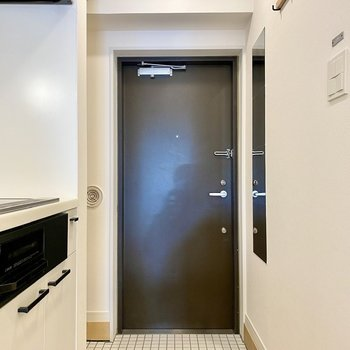 チャコールグレーのドアと、シンプルな姿見がいい感じ。