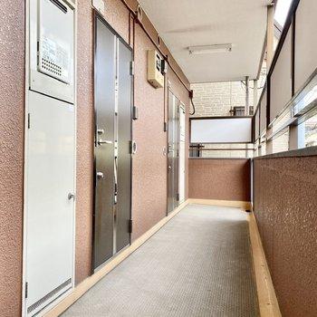 玄関前共用部。道幅広めで家具の搬入もスムーズそうです。
