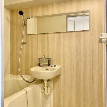 浴室も明るい木目調が特徴です。