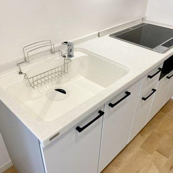 広いシンクで洗い物もスムーズになりますね。