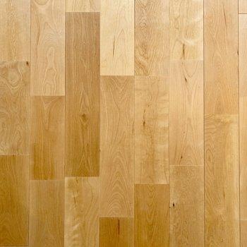 広がる無垢床はバーチ材。明るい色合いでキラキラとした質感です。