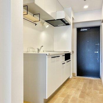 ホワイトのTOMOSオリジナルキッチンが廊下の主役。