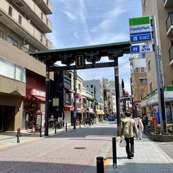 駅までは徒歩4分と良い距離感。少し歩くと賑やかな商店街もありました。