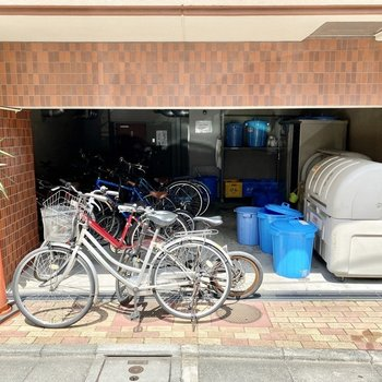 こちらは屋根付きの駐輪場と、ゴミ置き場。
