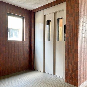 上下移動はエレベーターで。