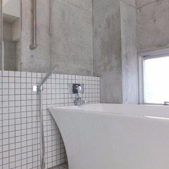 浴槽の形までスタイリッシュだ、、。※写真は4階の同間取り別部屋のものです