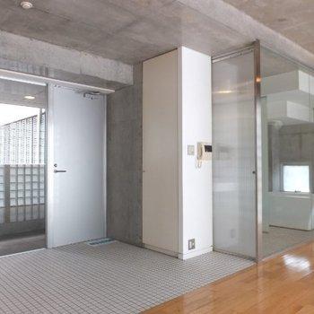 シンプルですが素材の違いがあって楽しめます。※写真は4階の同間取り別部屋のものです
