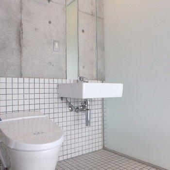 縦長の鏡がついた洗面スペース。※写真は4階の同間取り別部屋のものです