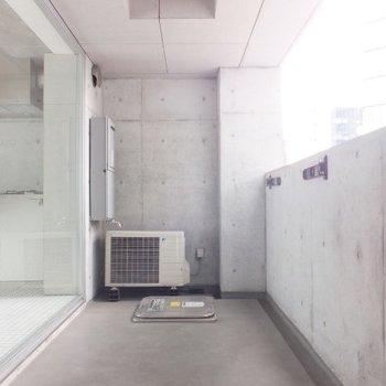 玄関前のバルコニー。※写真は4階の同間取り別部屋のものです