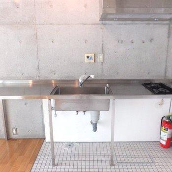 キッチンはかなり大きい。下にドラム式洗濯機を置けます。※写真は4階の同間取り別部屋のものです