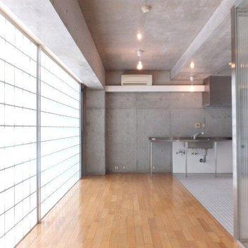 お部屋の奥から。コンクリートがいい締めになってます。※写真は4階の同間取り別部屋のものです