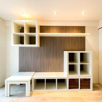 壁には造作の収納が!ダウンライトがあるので、魅せる収納にもなりますよ。