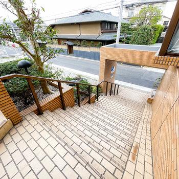 お部屋は1階ですが、道路までは階段を下っていきます。