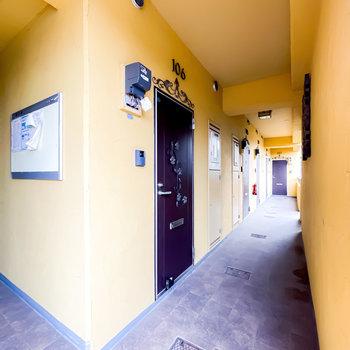 玄関前の共用部は地中海の街を彷彿とさせる明るいイメージ。