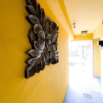壁にはアートも掛かっていて、お部屋の外でも非日常を感じられそう。