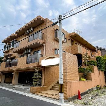 まるで邸宅のような外観の鉄筋コンクリート造マンション。その1階のお部屋です。