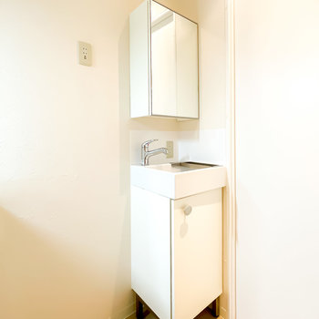 ドアの横には可愛らしい洗面台が!