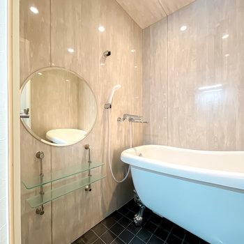 煌々としたバスルーム!まあるい鏡でスキンケアが捗りそう。