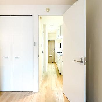 ドアを開けるとキッチンスペースへ。