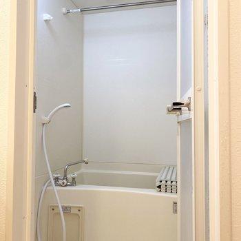 浴室は乾燥機付きで、雨の日でも快適に洗濯物が干せます。