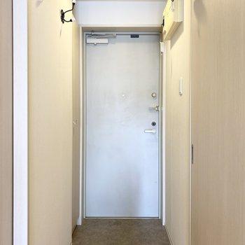 玄関ドアはゴールドの金具が◎