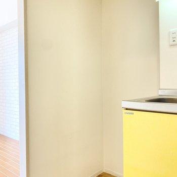 キッチン横には冷蔵庫を置けるスペース。