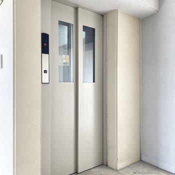 お部屋までは、こちらのエレベーターで。