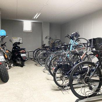 建物内に自転車置き場があります。