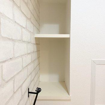 奥行きのある収納スペースにトイレ用品を収納できます。