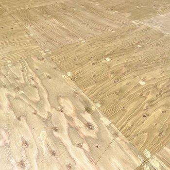 床は合板板が使用されています。