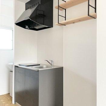 ハンキングシェルフにはこだわりのキッチンウェアを。