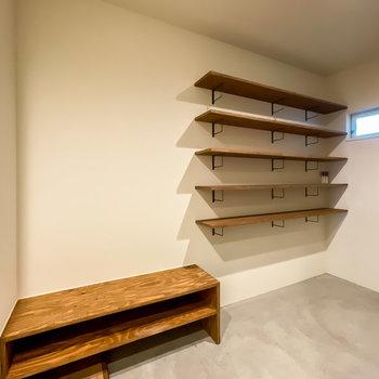 壁にはオープンな収納が。靴や帽子などの見せる収納を楽しめますよ。