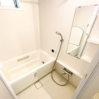 真っ白で清潔感に溢れるお風呂は追い焚き・浴室乾燥機付き!窓があって換気もしやすくなっています。