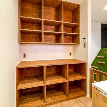 収納棚もラフな質感の木材で作られ、とにかくカッコいい。キッチン家電も食材も、まとめてこちらに。