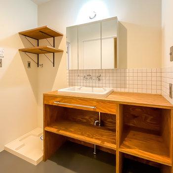 実験用シンクにマリンランプ、そしてラフな質感の棚。洗面台も洗濯機置場の棚もクール過ぎる……