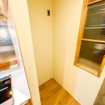 冷蔵庫置場は奥に。ステンレスの冷蔵庫を選びたくなりますね!室内窓の向こうはサンルーム。