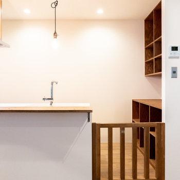 キッチンも柵が付いているので、小さなお子様の侵入防止に役立ててくださいね。