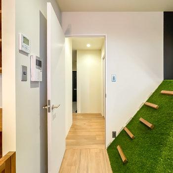 キッズスペースの横から廊下へ。右手に脱衣所とトイレがあります。