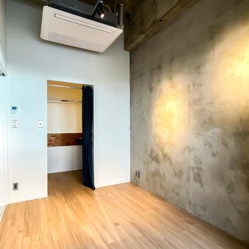 印象深いスポットライトが壁を照らします。奥にはなんとウォークインクローゼットまで!