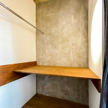 反対側は棚に。収納も、コンクリートの壁に合うインダストリアルな素材で統一したいですね!