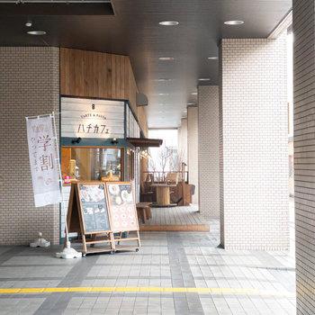 横を見ると、お部屋のリノベーションを手掛けたデザイン事務所が運営をしているオシャレなカフェが!