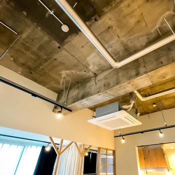 元々テナントだったので、天井が段違いに高いんです。剥き出しの躯体と配管がカッコいい……